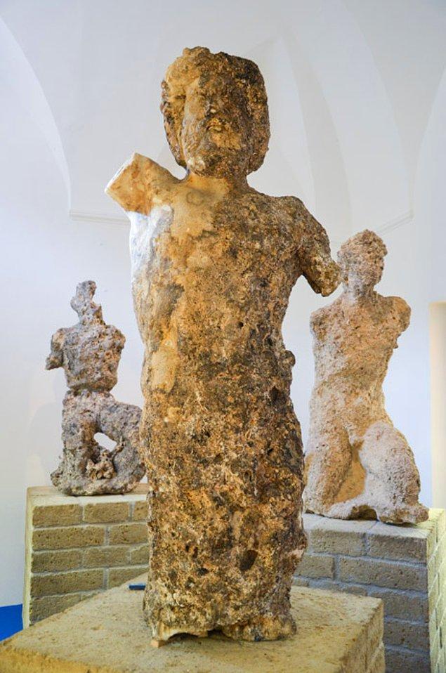 8. 1964 yılında mağarada tapınak olarak kullanıldığı zamana ait heykeller bulunmuş.