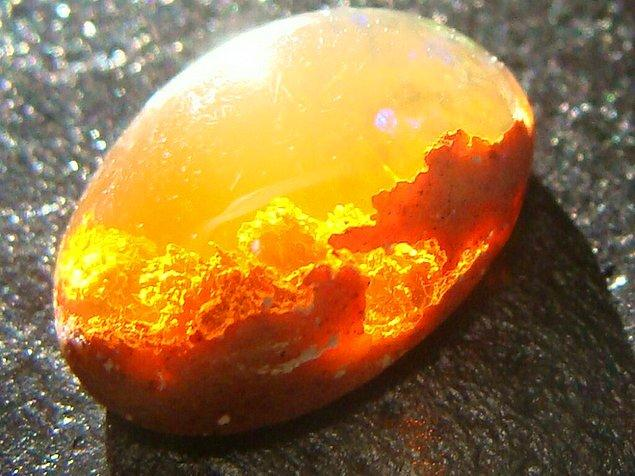 3. İçinde gün batımını saklayan bir ateş opal taşı.