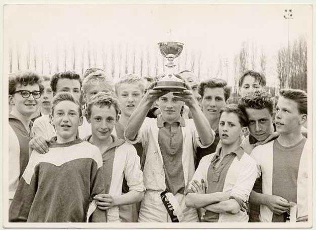 1. 1947 yılında Ajax stadına çok yakın bir yerde doğan Johan Cruyff 15 yaşına kadar hem beyzbol hem de futbol genç takımlarında oynadı.
