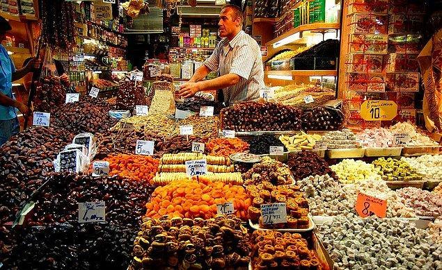 12. Ramazan yaklaşırken halk iftarlık alışverişi için Mısır Çarşısı'na akın etti