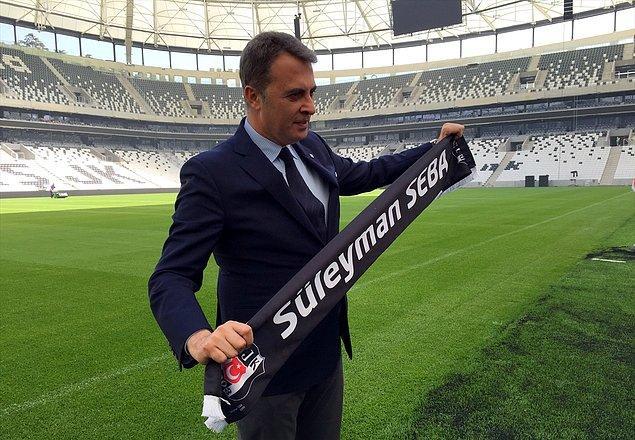 Beşiktaş Kulübü Başkanı Fikret Orman, Süleyman Seba atkısı ile poz verdi.