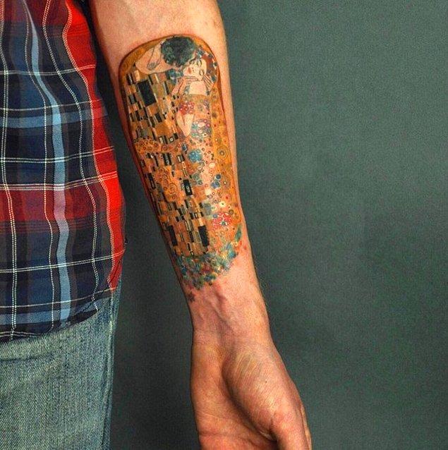 """3. Kim Klimt'in """"Öpücük"""" isimli tablosunun bir kolda bu kadar güzel görünebileceğini tahmin ederdi?"""