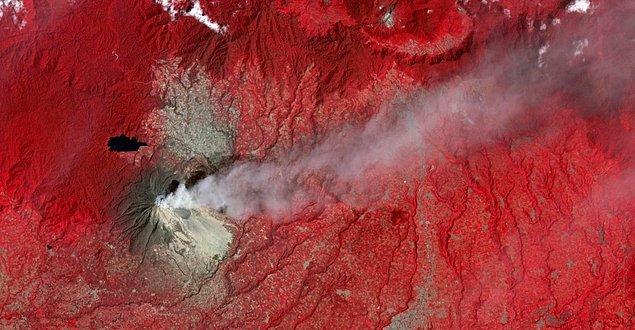 15. Endonezya'daki Sinabung Dağı'nın 2014 yılında patlaması sonrası çekilen kızılötesi fotoğrafta bitki örtüsü kırmızı ve kül bulutu ise gri görülmektedir.