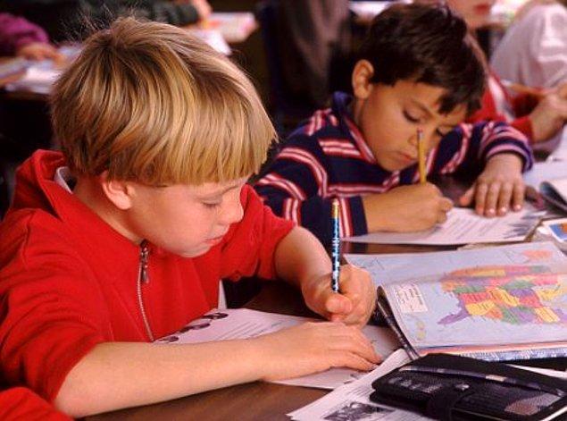 7. Asıl çile ise ilkokulda başlar. Eğer sağ tarafta ya da ortada oturuyorsa; yazı yazarken sürekli kolu yanındaki arkadaşına çarpar.