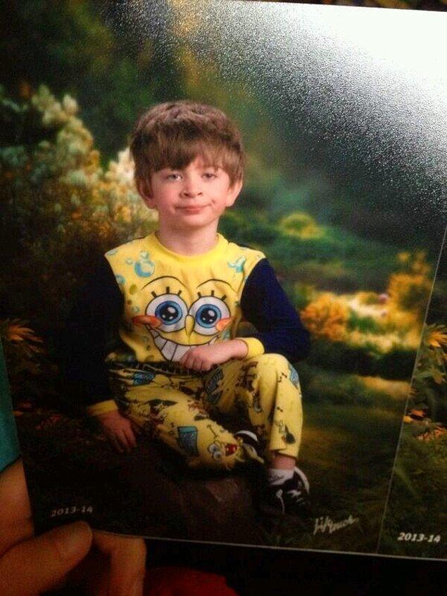 Единственный способ заставить этого мальца сфотографироваться - разбудить посреди ночи и потащить в студию прямо в пижаме