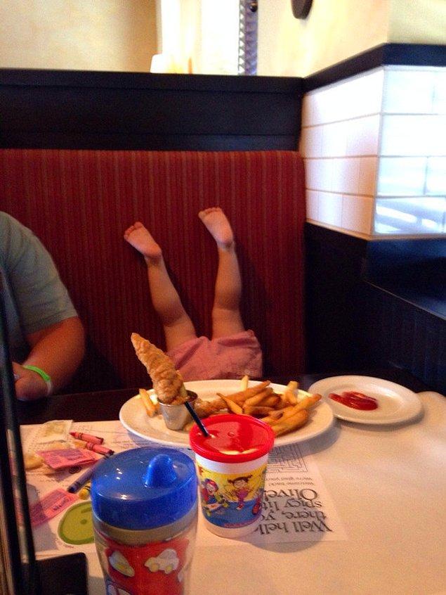 Ребенок, показывающий все, что он думает о детском меню в этом ресторане