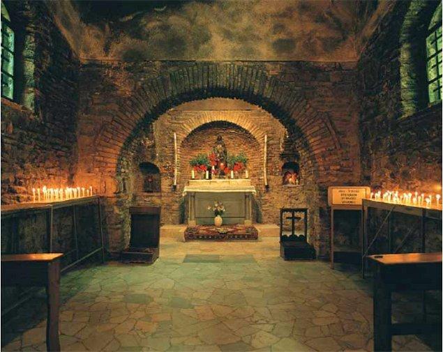Ayrıca M.S. 435'te Hristiyanlığın üçüncü konsülü Efes'te Meryem Ana Evi yakınlarında toplanmış ve İsa ile Meryem'in tanrısal nitelikleri tartışılmıştır.
