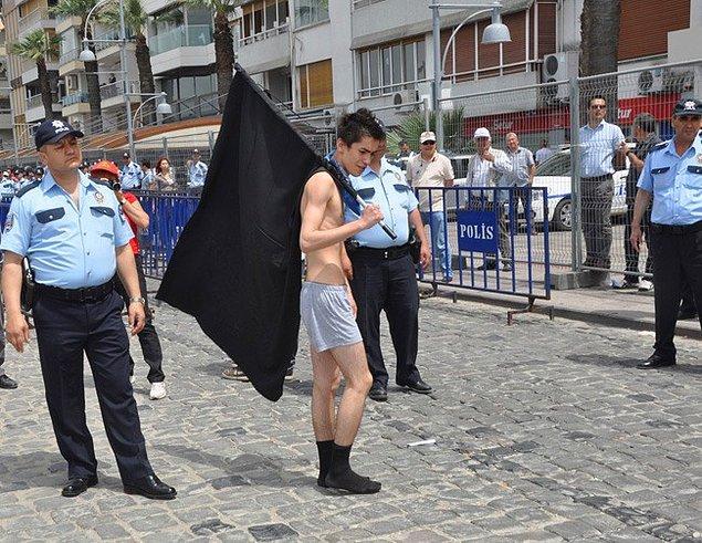Erkekler üstlerinde sadece iç çamaşırları kalacak şekilde bütün giysilerini çıkarttı.