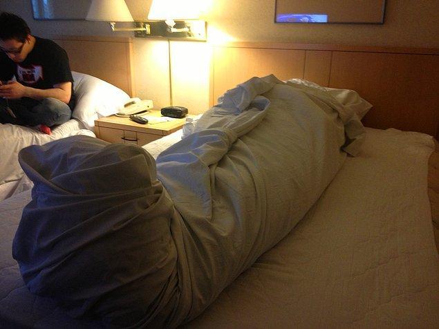 """7. """"Kanka yatınca ışığı söndürürsün izninle ben uyuyorum. 😀"""""""