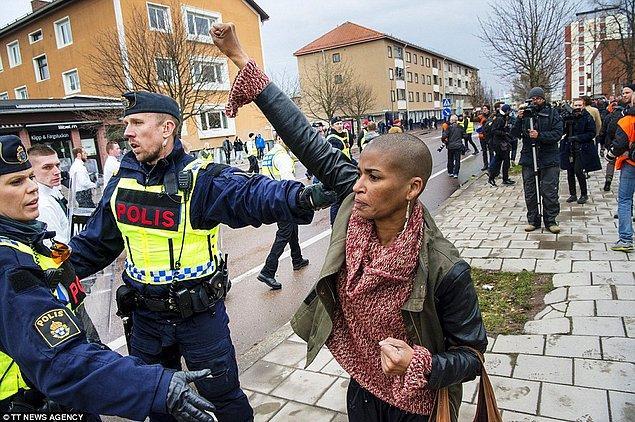 Fotoğraf Salı günü sosyal medya üzerinde hızla yayıldı ve İsveç halkı bu yalnız kadının karanlık güçler önünde dimdik durduğu fotoğrafı büyük takdirle karşıladı.