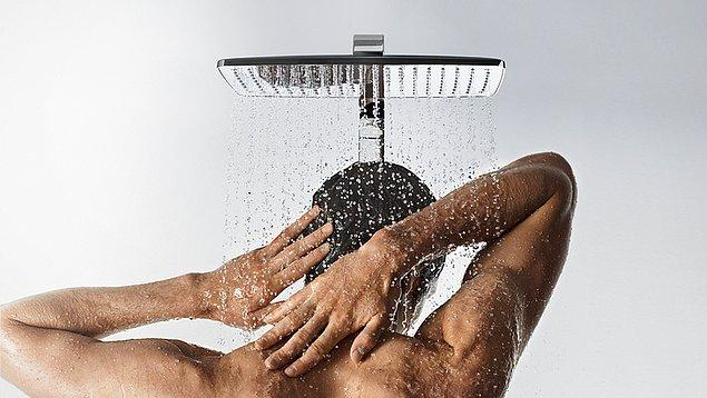 3. Duşta kimi zaman ellerini kap şekline getirerek göğüslerine dayar, suyu orada biriktirdikten sonra yere çarpmasını izlerler.