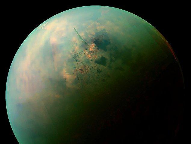 7. Satürn'ün uydusu Titan, atmosferinde pek çok organik kimyasal barındırmaktadır.