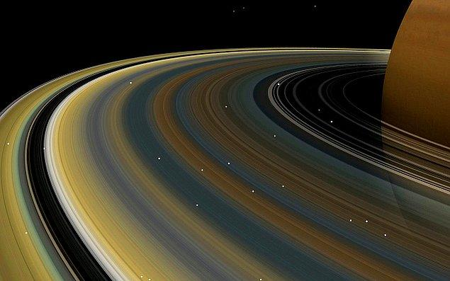 26. Satürn'ün halkaları, gezegenin yörüngesine oturmuş ince buz halkalarından, tozdan ve küçük kayalardan oluşmuştur.