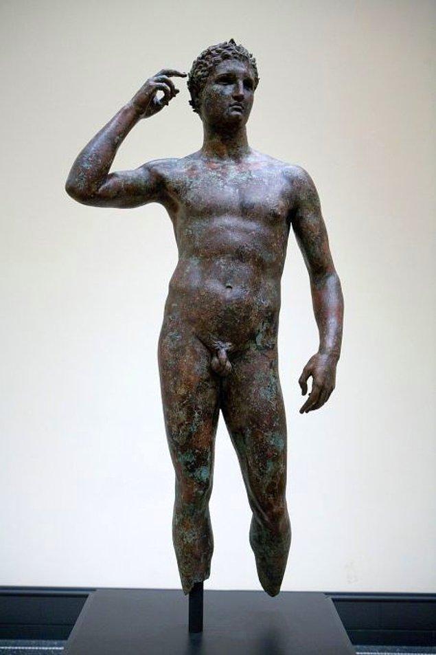 Antik Yunan heykelleri dönemin felsefi anlayışına uygun olarak idealist ve dengeli bir estetik anlayış üzerine yapılıyordu.