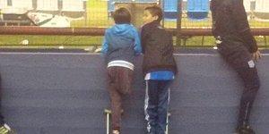 Dostluk Engel Tanımaz: Maçı İzlemesi İçin Koltuk Değneğini Arkadaşıyla Paylaşan Çocuk