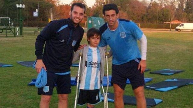 Görüntünün yayılmasından sonra konu basının da ilgisini çekti ve Diego Milito hayranı 10 yaşındaki Santiago Fretes brandanın üzerinden seyretmeye çalıştığı futbolcularla buluştu