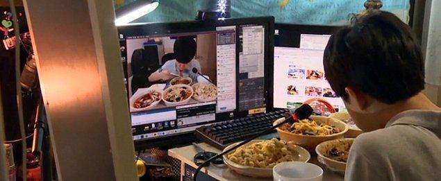 """""""Canlı yayında yemek yeme"""" etkinliği olan Mukbang'i yapan bu BJ Patoo isimli genç ise bir gecede 1500 dolar kazanıyor."""
