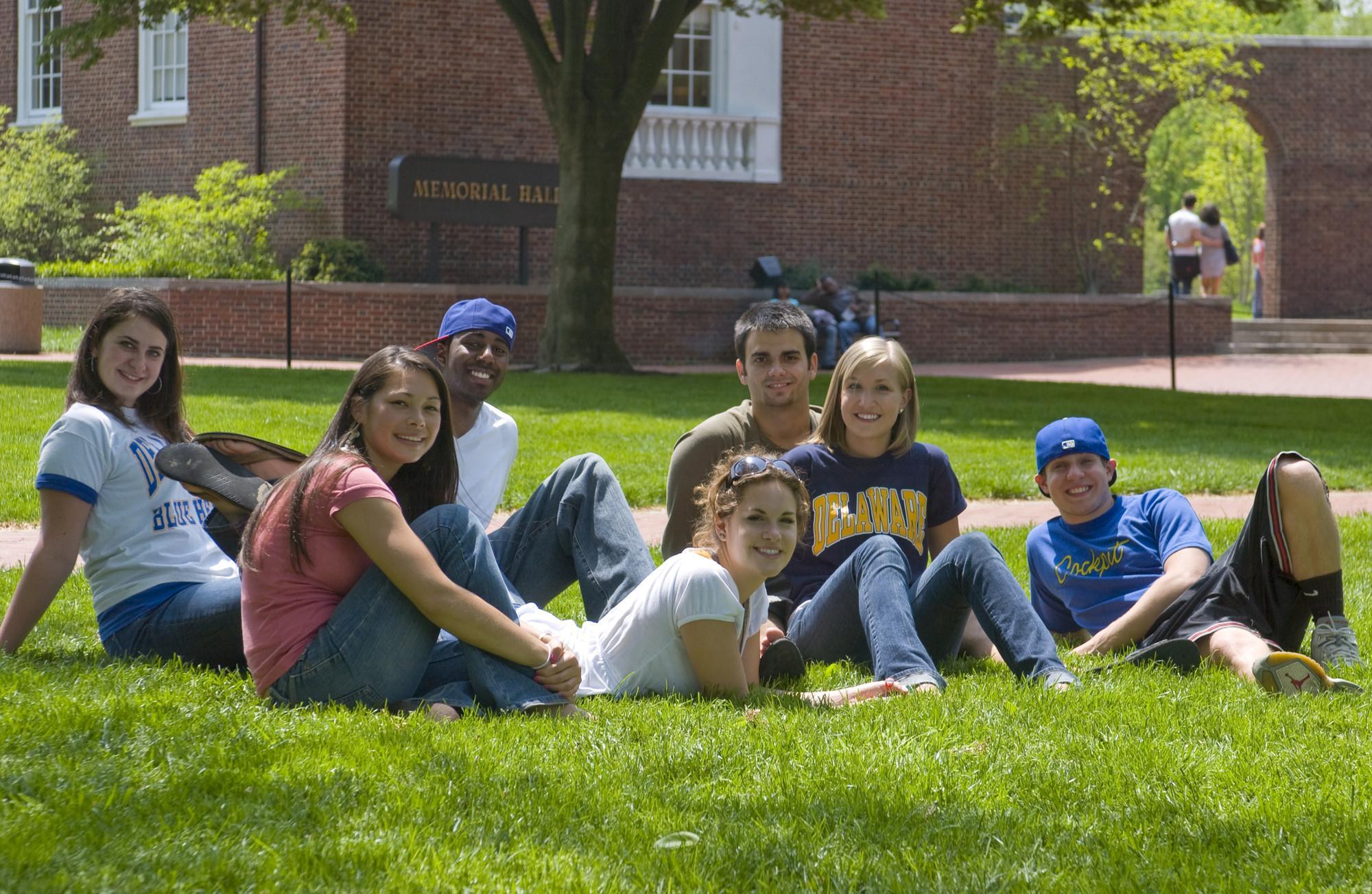 Студенты на озере.