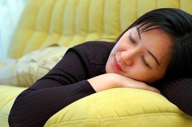 13. Bilim insanlarına göre gündüzleri şekerleme yapmak için en uygun saat aralığı 13:00 - 14:30'dur. Bu saatlerde vücut sıcaklığımızda meydana gelen düşüş, uykumuzun gelmesine sebep olmaktadır.
