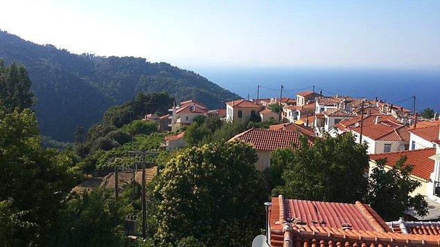 Samos'un seramik işleriyle ve güzel evleriyle ünlü dağ köyü Manolates'e çıkıp Ege Denizi'ne tepeden bakabilirsiniz