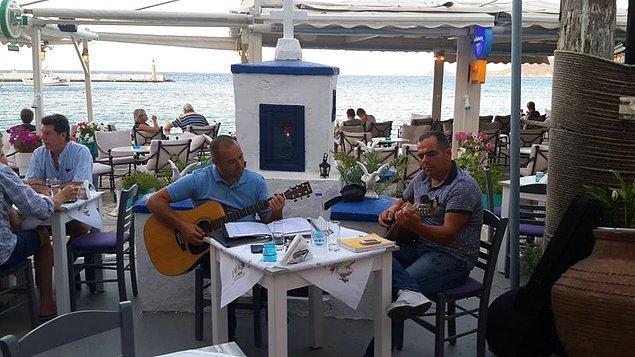 Restoranlarda yemek yerken bir yandan da Yunan Müziği'ne doyabilirsiniz