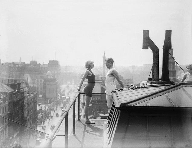 2. Londra'da bir çatıda bir eğitmen genç bir kadına germe egzersizlerini öğretiyor, 1933.