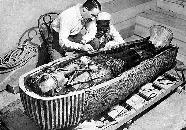 11. Odada mühürlenmiş bir kutu vardır ve firavunun lahitini barındırmaktadır.