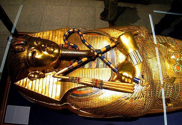 12. Tutankhamun'un mumyası haricinde mezardan çıkarılanlar halen Kahire müzesinde sergilenmektedir.