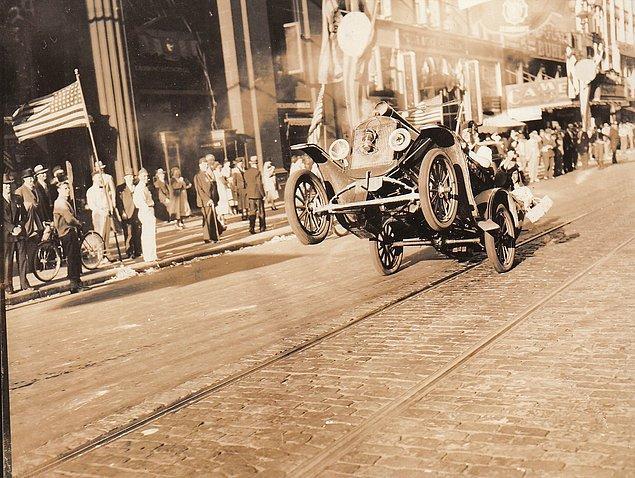 28. Ön tekerlekleri havadayken çekilebilen ilk araba fotoğrafı, 1936.