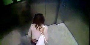 Офисная сотрудница справила нужду прямо в лифте