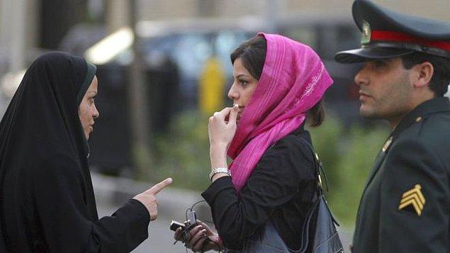 Hatta sokakta görevli resmi kıyafetli veya sivil 'ahlak polisleri' kadınların başörtüsü konusunda denetlemeler yapıyor.