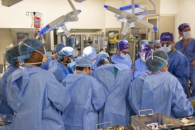 Ameliyata 100'den fazla doktor, hemşire, ameliyat teknisyeni ve destek ekibi çalışacak şekilde hazırlanılır.