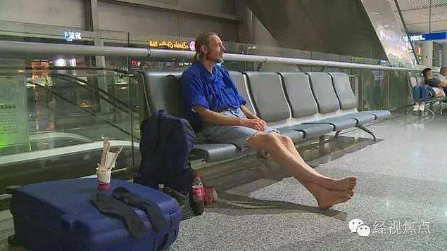 Zira bu zavallı adamcağız sabır ve sebatın kitabını yazarak, randevulaştığı kızı tam 10 gün havalimanında bekledi.