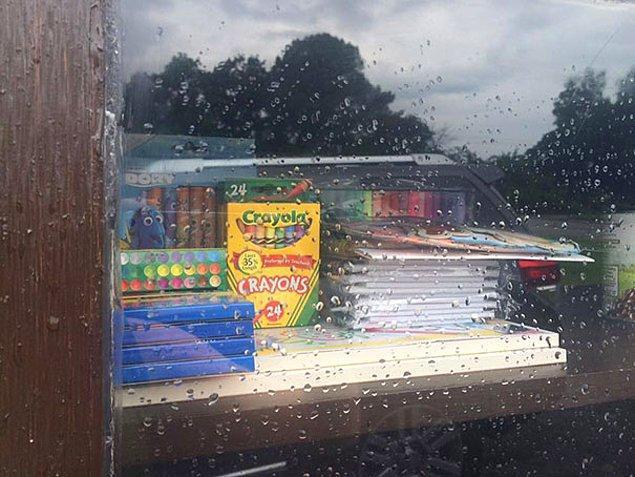 Okullara yakın yerdeki büfeciklere ise, ihtiyacı olan çocuklar için kırtasiye malzemeleri koymuşlar 😍