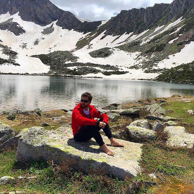 Peki bu adam neler yapmayı seviyor dersiniz? Doğanın hiçbir güzelliğinden mahrum kalmak istemeyen maceracı gezginimiz, 3000 metrelik dağlara tırmanıyor,