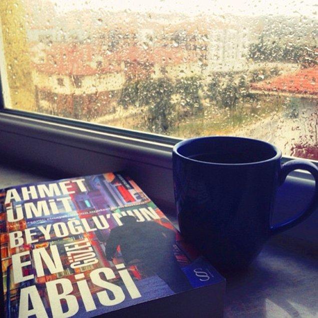 5. Dışarıda yağmur varsa hemen evdeki kitabı alıp cam kenarına salın! Kahve yine yanında olsun.