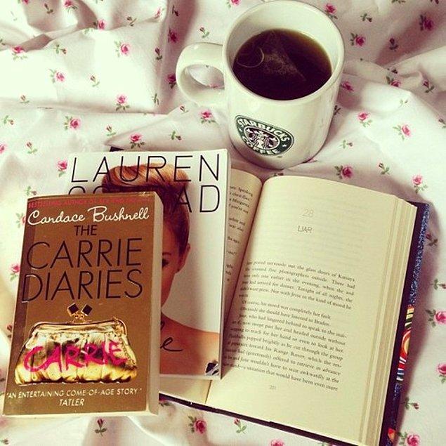 """11. Asla tek çayın yanına birden fazla kitap koymayın, bir çaya bir kitap olacak. Yoksa """"ne yapıyor bu son derece kitap sever arkadaşımız"""" diye düşünürler."""