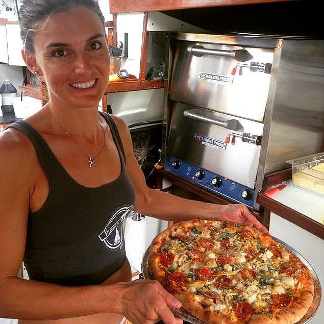 10. Pizza yapmayı da aşçılık okuluna giderek öğrenen çiftimiz böylece Pizza Pi adını verdikleri işletmelerini açmışlar.