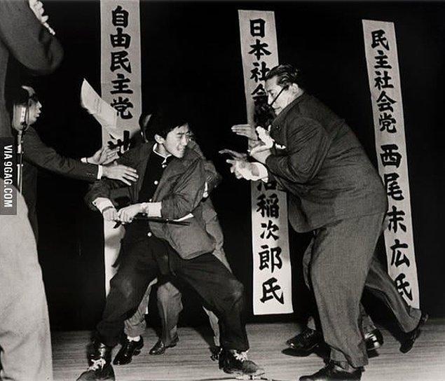 14. 17 yaşındaki Otoya Yamaguchi'nin, Japon politikacı Inejiro Asanuma'yı bıçakla öldürmeden hemen önce çekilmiş bir fotoğraf.