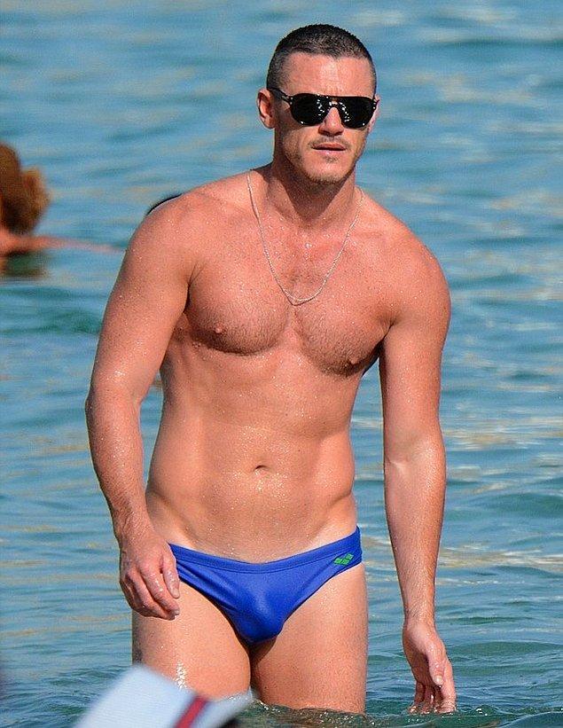 14. Luke Evans, günümüzde yok olmaya yüz tutmuş slip mayoyu sahillere inatla taşıyan bir isim. Söylediğine göre slip mayodaki rahatlık hiçbir şeyde yokmuş.