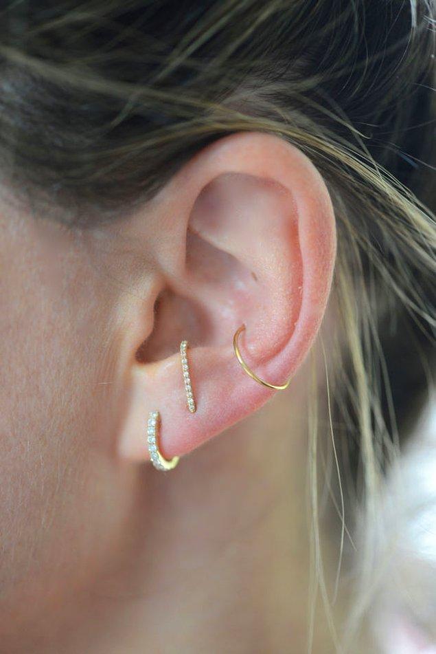 Belki de kulak yapısı nedeniyle bu şekilde kullanmıştır, çünkü kulak askıları her kulak şekline uyumlu olmayabilir.