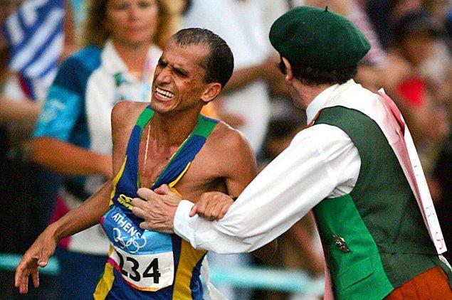 Akıl hastası İrlandalı seyirci bir atleti durdurmaya çalışıyor.