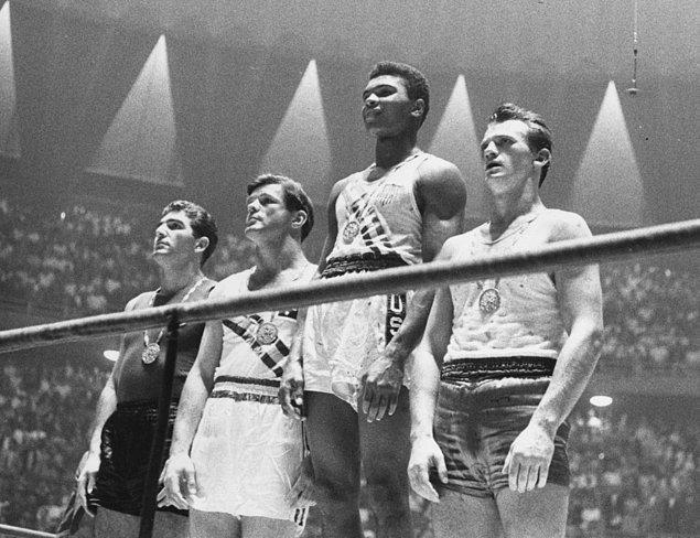 Tüm zamanların en iyisi Mohammed Ali'nin madalyası elinden alınıyor.