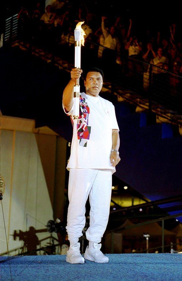 Madalyası elinden alınan şampiyon Olimpiyatı Ateşi'ni yakmak için tekrar podyuma çıkıyor.