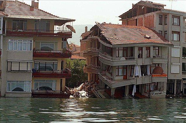 Dolgu alanı üzerine yapılan evleri deniz yuttu