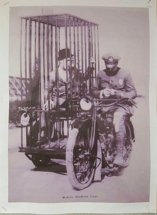 9. Yakaladığı suçluyu motosikletin yan bölmesineki kafese koyan bir polis, 1920'ler