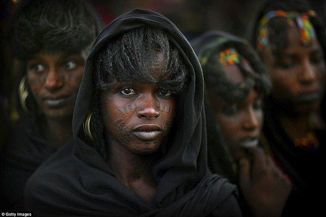 Aslında buna tam olarak çalmak denilemez, çünkü Wodaabe kabilesinin kadınları çok eşli olabiliyorlar. Kabile kadınlarının istedikleri kadar cinsel özgürlükleri var ve isterlerse birden fazla eşle birlikte olabiliyorlar.