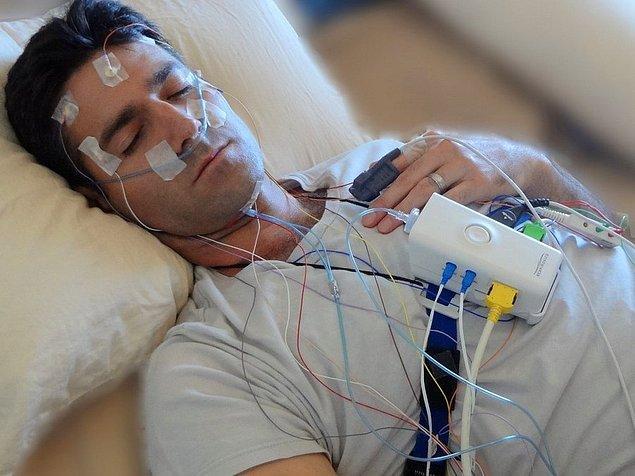 Kronik insomnianız varsa polisomnografi testiyle uyku halindeyken beyin aktiviteniz, göz hareketleriniz, kalp atış hızınız ve kan basıncınız belirlenir.