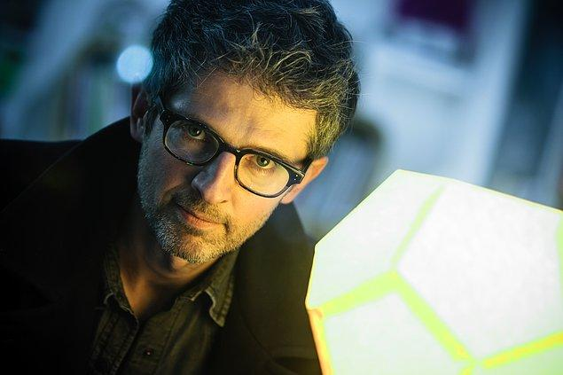 Şarkının sözleri ve prodüksiyonu ise Fransız sanatçı Benoît Carré'e ait.