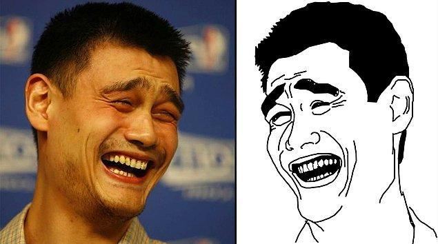 Yao Ming sadece NBA yıldızı değil. Ayrıca internet dünyasının en çok kullanılan 'caps'lerinden birine gülüşüyle ilham olmuş bir isim